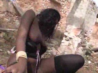 Precioso negra nena loves getting pounded outdoors vídeo