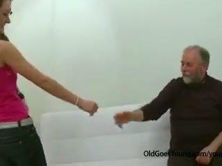 호리 호리한 비탄 소녀 엿 로 늙은 사람 저크 떨어져서 그녀의 boyfriend 과 having 정액 위에 그녀의 가슴