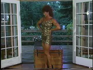 Joanne mccartney shows di suo impressionante gambe in breve gonna