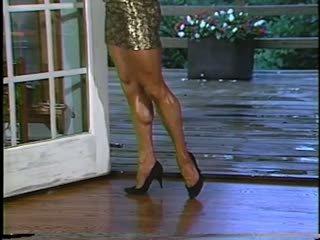Joanne mccartney shows की उसकी अमेज़िंग लेग्स में शॉर्ट स्कर्ट