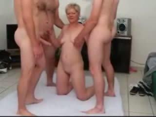 Sandy ein reif gangbanged von wenige dicks