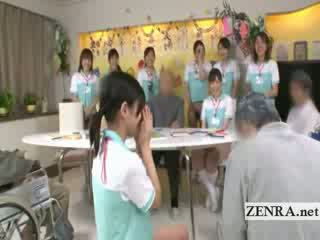 Bottomless japanska sjuksköterska sixtynine avsugning i offentlig