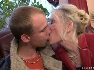 Vieille baise avec son jeune boyfriend