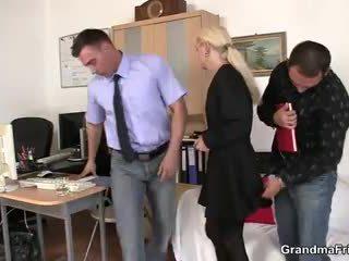 Two fellows jāšanās vecmāmiņa pie darbs