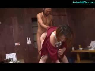 Matura donna in kimono succhiare cazzo scopata da 2 guys su il pavimento