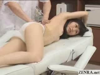 Innocent jap perempuan dengan kecil mungil muda has pijat