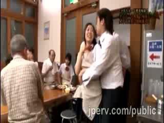 Armasar goes dur cu gagica japonez gf în timpul familie dinner