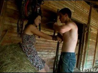 Perversne teismeline paar hardcore seks lõbu sisse the barn