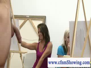 Mujer vestida hombre desnudo llegar cerca con modelos durante artclass