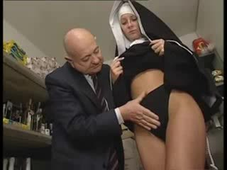Itali latina biarawati diperlakukan tidak baik oleh kotor tua orang