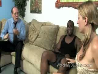 Gražu blondinė mažai dukra swallows a didelis storas juodas bybis į priekis apie jos fathers akys
