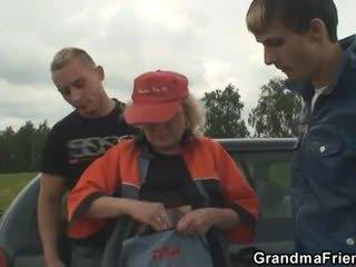 Stary suka enjoys trójkąt w the fields