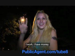 Publicagent ung blondin med en vackra fittor fucks utanför