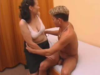 毛茸茸 奶奶 在 絲襪 性交.