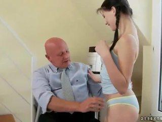 Precioso adolescente fucks muy viejo abuelo
