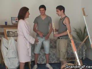 Two mladý painters skrutka nahé babka