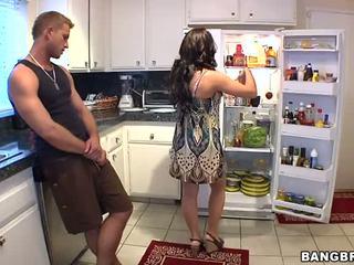 En chaleur mère baise son son's ami dur vidéo