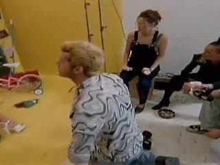 Two üleannetu lesbid mudelid sööma iga muu välja edasi camera