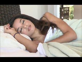 Chloey stretcsaluteng un doing yoga iekšā the rīts pēc waking augšup