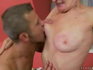 Seksi perempuan tua gets dia berbulu alat kemaluan wanita kacau
