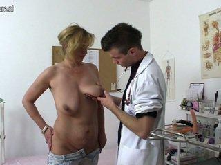 Erótico madura asaltacunas shafting y chewing un doctor