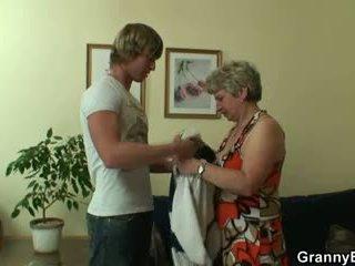 Šťastný guy fucks lonely babičky