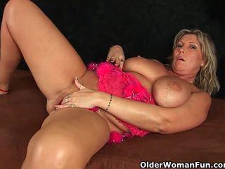 Chunky pieauguša māte ar liels bumbulīši masturbates