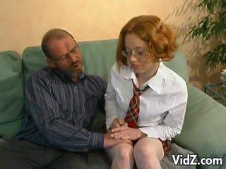 Kimainen vanha mies hits päällä a nuori punapää