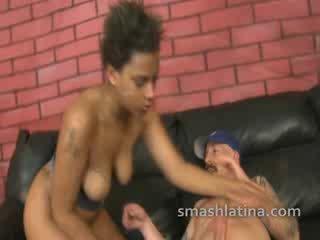 Choked chica shown не mercy по време на много трудно между различни раси throat майната