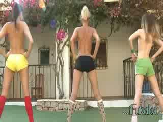 Trio 裸 lezzies 制造 有氧