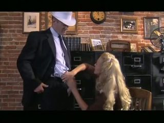 Ekkel blondt cassie unge receives ned suging kuk før slipping det opp gash