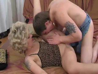 Ištvirkęs blondinė milf sucks ir fucks jaunas guy