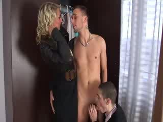 Puta gets fodido em dois gajos e uma rapariga sexo a 3 e orgia grupo estilo