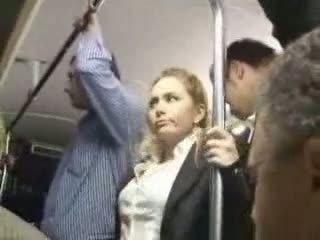 Sexy blonda fata abuzata la autobus