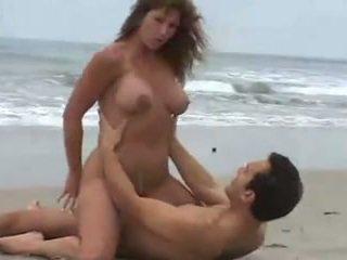 Rica morena tetuda, calenturienta cinsel en la playa