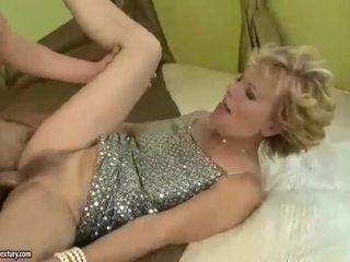 Krūtinga močiutė gets pakliuvom