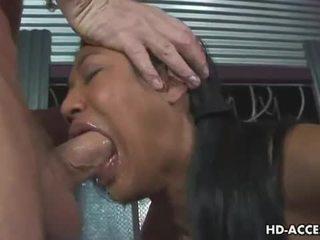 Caged asiatisch flittchen gives heiß blowjob