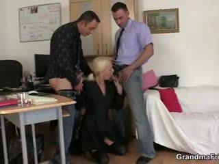 Two fellows apaan perempuan tua di pekerjaan