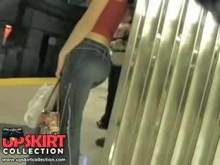 Es kreisais mans slēpts darbs uz the underground un noķerti šī pievilcīgas meitene uz ciešas džinsi