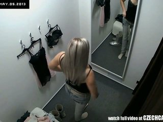 Orang yang menikmati melihat seks bagus rambut pirang fitting pakaian lingerie