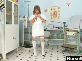 Kurus milf senior perawat mainan dia alat kemaluan wanita di kursi persalinan
