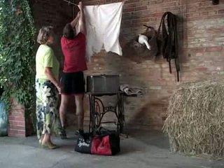 סבתא martha gets לעזור עם שלה laundry