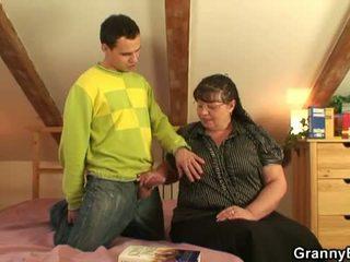 Γιαγιά bet: μεγάλος με πλούσιο στήθος γιαγιά γαμώ νέος αγόρι.