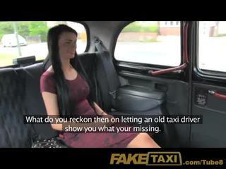 Faketaxi jauns meitene ar seksuālā tattoos uz aizmugurējais sēdeklis creampie