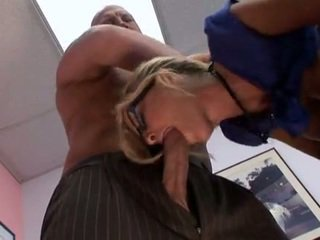 Muda rambut pirang manis sekretaris getting itu di itu bokong