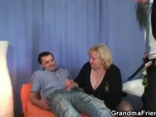 Блондинки бабичка gets slammed от two dicks