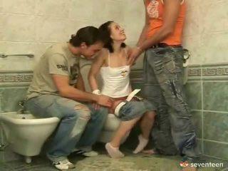 Trois certains dedans la washroom