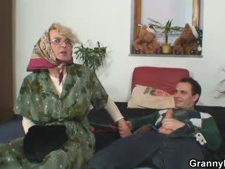 Babička pleases an mladý guy