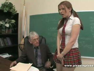 स्टूडेंट fucks नॅस्टी पुराना टीचर को पास कक्षा