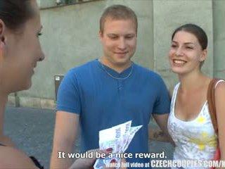 Čehi couples jauns pāris takes nauda par publisks četratā